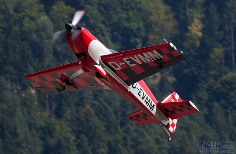 EA-200型是一种双座,串联布置,与传统的后三点式起落架完全能够无限类别竞争的低单翼特技单翼飞机。它的设计在1996年由沃尔特·特完成。EA200略小于300型,是由200马力(149千瓦),而不是300机型的300马力(224千瓦),为那些在预算有限的莱康明发动机机型配置中成为一个伟大的选择。EA-300提供的飞行特性,能够无限演习,是一个伟大的全方位培训/体育特技飞机。   Extra EA200是一架单引擎双座的特技飞行训练器由德国制造商Extra EA的飞机 (Extra EA