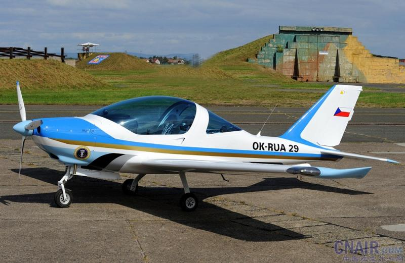 TL-2000 STING S4是目前市场上最快,最好的处理捷克超轻型飞机之一。 这项运动和巡航飞机是适用于各种类别。 它保证了优异的飞行享受。 其最大水平飞行速度大约是285公里/小时(154千牛)。 TL-2000 STING S4的转速范围是从失速速度63公里每小时(34千牛)不能超过速度305公里/小时(165海里)。   新设计的TL-2000 STING S4抓住你不放手。 好奇的设计在每一个机场,因为它就像飞机回头率。 在驾驶舱的最突出的特点是全景,360度视图。 出色的客舱视图以及低噪